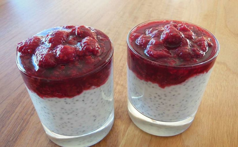 Dessert mit Himbeeren Chia Samen und Joghurt